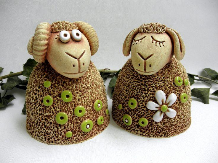 Ovečka, beránek Ze šamotové hlíny, vhodné i k celoroční venkovní dekoraci. Výška 11 cm , průměr dna 9cm. CENA ZA KUS
