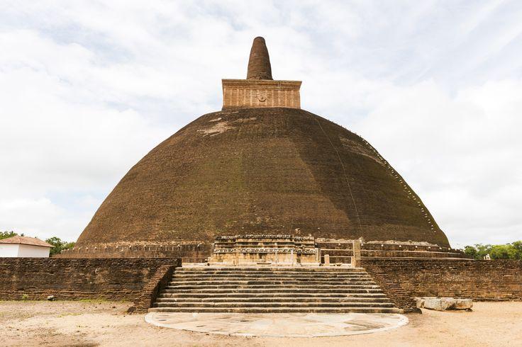 Anuradhapura var et af de vigtigste steder i den buddhistiske verden, indtil byen i slutningen af 900-tallet blev erobret af det sydindiske Chola-dynasti og derefter begyndte at forfalde. Fra 1200-tallet lå byen skjult under den tætte skov, og Anuradhapuras' mange paladser, klostre, stupaer og stenskulpturer blev først genopdaget af englænderne i begyndelsen af 1800-tallet.
