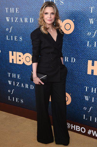 """12.05.17 // Michelle Pfeiffer- atriz estava em Nova York para a première de """"The Wizard Of Lies"""", série de drama da HBO que estrelará ao lado de Robert De Niro e, para a ocasião, escolheu um terno preto clássico da Monse, acompanhado de uma clutch com detalhes prateados. Elegante como sempre!"""