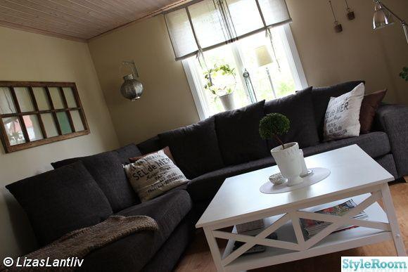 hörnsoffa,soffbord,gammalt fönster,lykta,hissgardin,kruka,blomma,lampa,lantligt,vardagsrum
