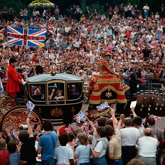 Starting from Buckingham Palace, the wedding party and the royal family rode to the ceremony in horse-drawn carriages, complete with footmen. 20-year-old Diana made the journey from Clarence House (further down the Mall) in a glass coach with her father, the Earl of Spencer.