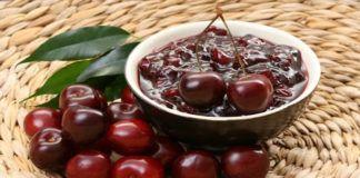 Жареное вишневое варенье на сковороде