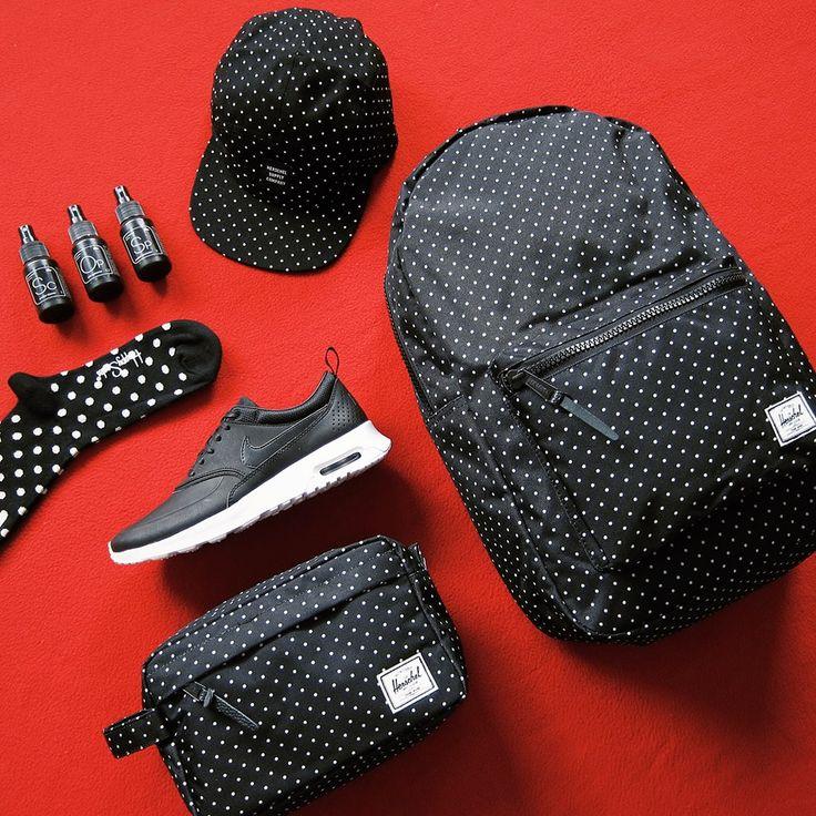 Puntíky jsou klasika, černá & bílá je klasika. Co chtít víc? Prostě se vylaďte do poslední tečky. Batoh, ledvinka, čepice Herschel Supply, boty Nike, ponožky Happy Socks, péče o boty Sneaker Lab.