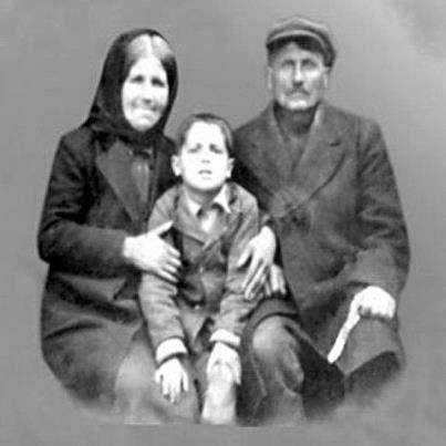 Ο πατήρ Παίσιος με την οικογένειά του.