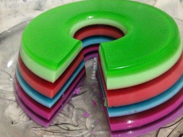 A Gelatina Colorida em Camadas fica linda e é perfeita para enfeitar mesas de festas e para a sobremesa da sua família. Se tiver crianças, então, elas vão