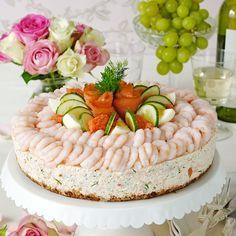 Savory shellfish cake with prawns, salmon, row, eggs, cucumber and dill. Recipe in Swedish Skaldjurstårta. Dekorera med räkor, lax, rom, äggklyftor, gurkskivor och dill.