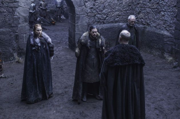 Sophie Turner als Sansa Stark, Kit Harington als Jon Snow, Liam Cunningham als Davos Seaworth en Tim McInnerny als Robett Glover.