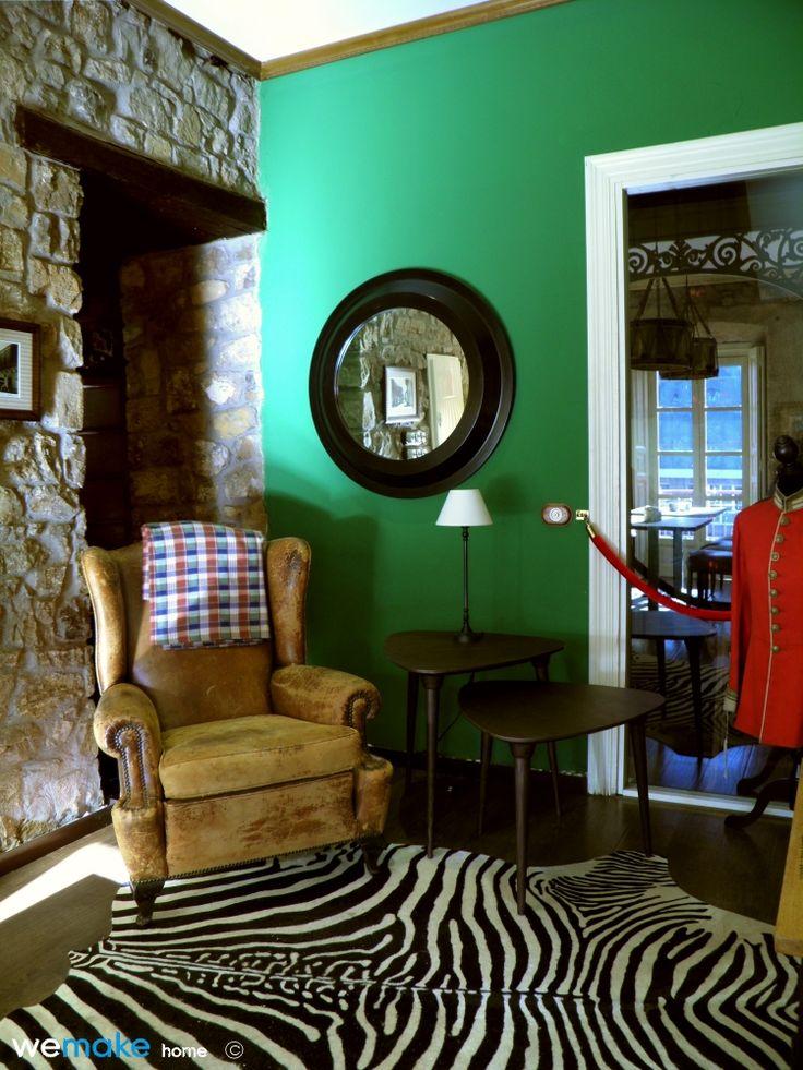 Mesas Púa en espacio vintage colonial. Conjunto de mesas en dos alturas, sobres triangulares y acabado roble. Diseño Roberto R. Murias - we make home.