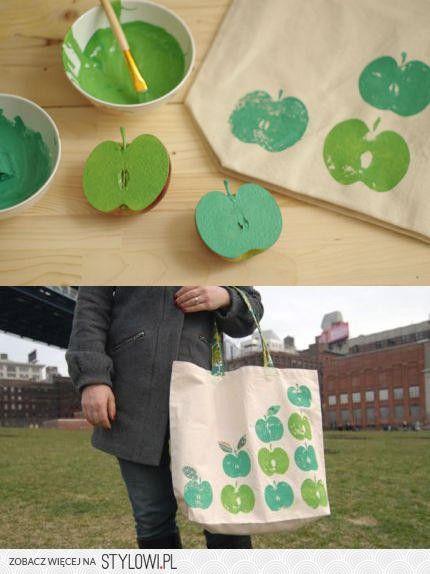Un original bolso en minutos: una bolsa de tela, manzanas, hojas de árbol o el objeto que queramos y pintura. | An original handbag in minutes: a cloth bag, apples, tree leaves or the item we want and painting.