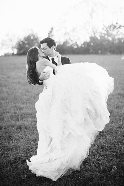 Novio cargando a la novia en sus brazos, una foto must que se debe tener para el álbum de boda. #FotografiasDeBodas