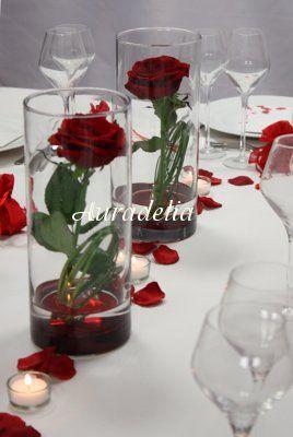 Centre de table de mariage avec rose rouge dans un vase idéal pour un thème sur l'amour ...