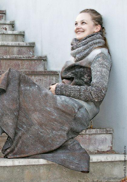Купить или заказать Валяная куртка и юбка Март в интернет-магазине на Ярмарке Мастеров. Этот комплект был специально создан для экспозиции '12 месяцев' на осенней Формуле рукоделия. Курточка на молнии, при изготовлении ее использован красивый итальянский шелк. он лег в основу всего комплекта. Рукава и снуд связаны из шерсти. которую я специально пряла. используя шерсть и волокна, которые участвовали в валянии, старалась спрясть нитку с переходом цвета, чтобы подчеркнуть переливы…