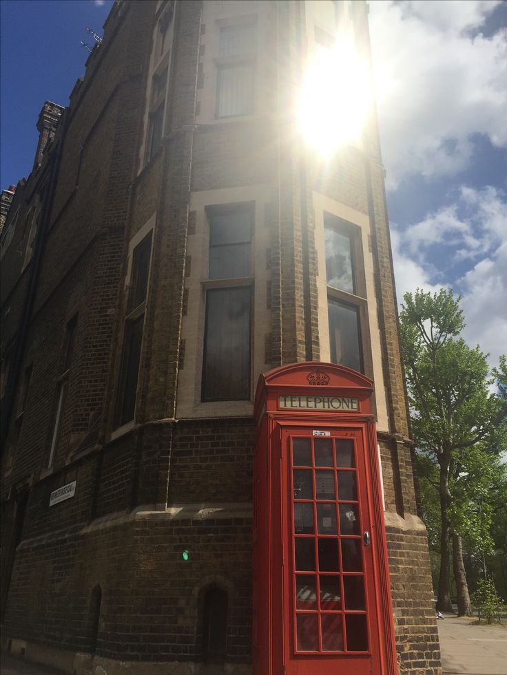Old London architecture and phone box (photo by Henry Boateng)