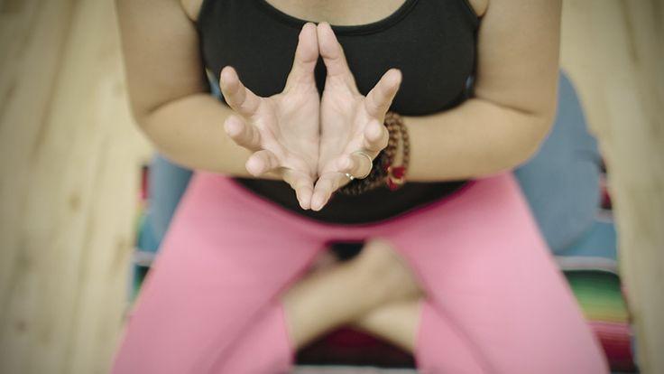 A kéz mindig is az erő és a hatalom szimbóluma volt, közvetítő az ég és a föld, az élők és a holtak között. A különböző kéztartásokat, amelyekkel energiát tankolhatunk az univerzumból, mudráknak nevezik. Ezzel befolyást gyakorolhatunk az érzelmekre, és segítségükkel felszabadíthatjuk a testünkben létrejött energiagátakat.