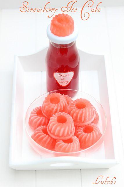 Die Erdbeeren knallrot, selbstgepflückt, zwei in den Korb eine in den Mund ;-) dauert halt etwas länger aber es lohnt sich wirklich. Man kann so unglaublich viel anstellen mit dieser Beere, wobei b…
