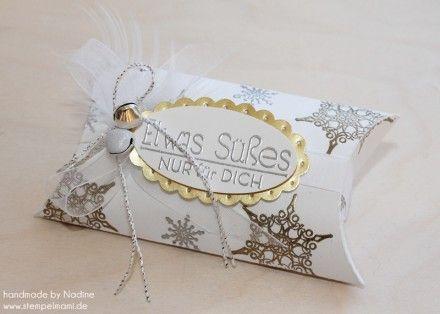 Pillowbox, die ich mit Schneeflocken aus dem Stempelset Warmth & Wonder und Winterzauber mit Versamark aufgestempelt und Gold und Silberfarb...
