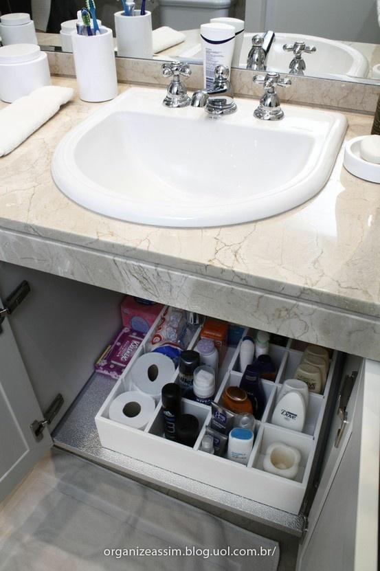 Organização do armarinho. É legal sempre separar por família ou por pessoa cada espaço ou cesto.