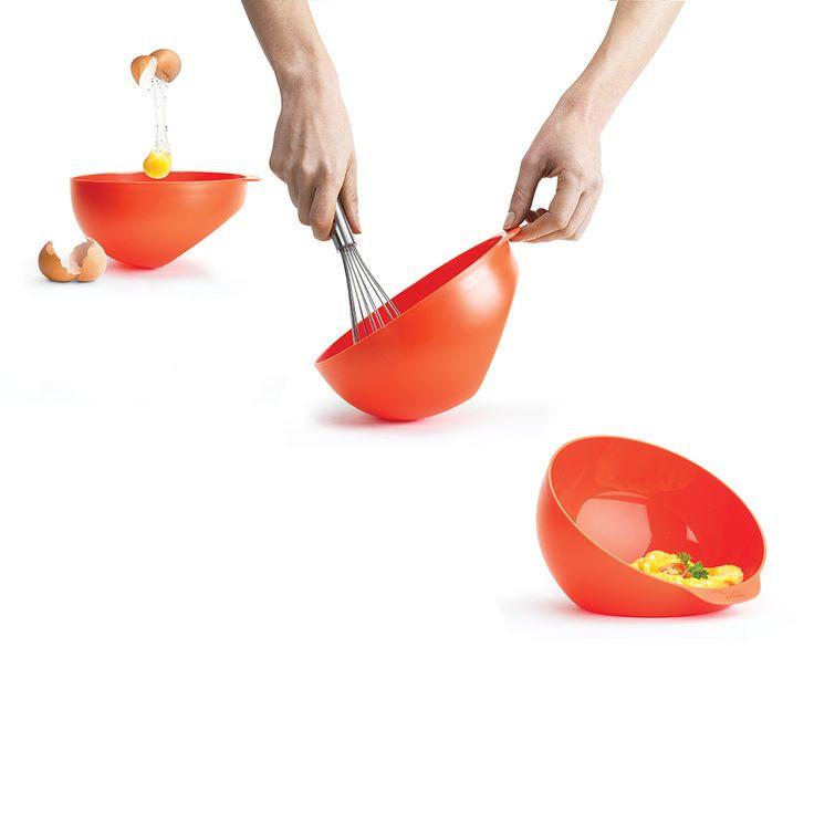 V této jediné nádobě připravíte omeletu v mikrovlnce za pár minut.   Užití:  - do mísy rozklepněte velce  - mísu nakloňte k oblé straně, přidejte další ingredience a vše našlehejte  - mísu opatrně postavte na její ploché dno, vložte do mikrovlnky a po stanovenou dobu nechte mirkovlnit   Určeno pro max. 4 vejce.