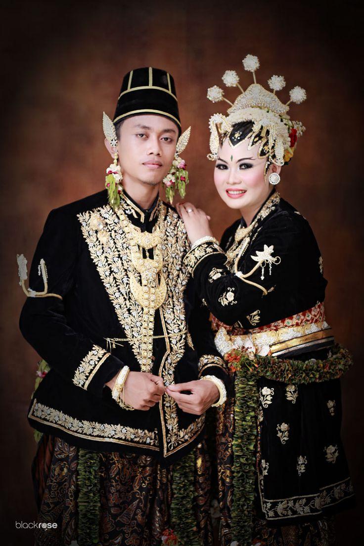 KANIGARAN PAES AGENG JOGJA #wedding #kanigaran #paesageng #black #gold #batik #traditionalwedding #ceremony #indoor #background #blackrosepictures