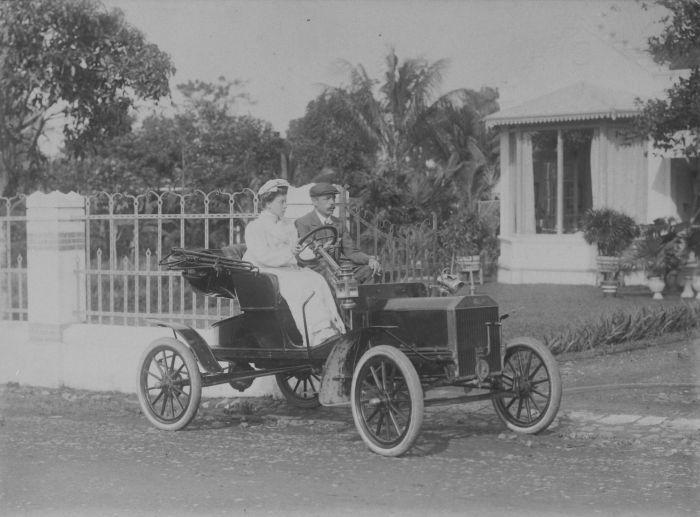Europese vrouw achter het stuur van een Ford te Bandoeng. Between 1905 and 1915