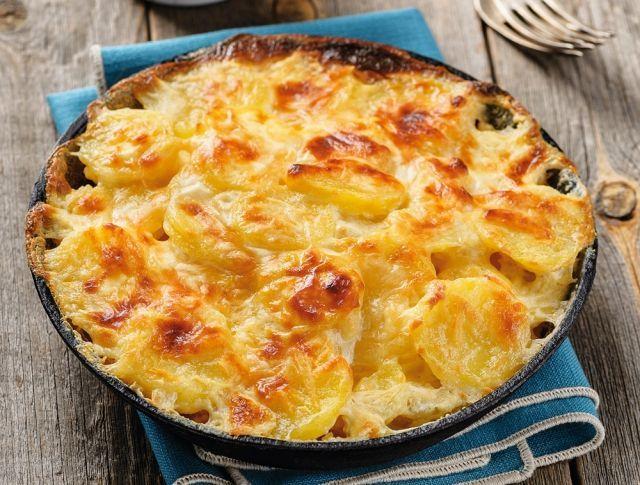 Egy finom Tejszínes rakott krumpli ebédre vagy vacsorára? Tejszínes rakott krumpli Receptek a Mindmegette.hu Recept gyűjteményében!