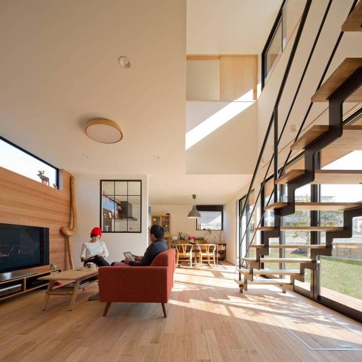 吹抜を囲むスキップフロア住宅: 株式会社プラスディー設計室が手掛けたtranslation missing: jp.style.リビング.modernリビングです。