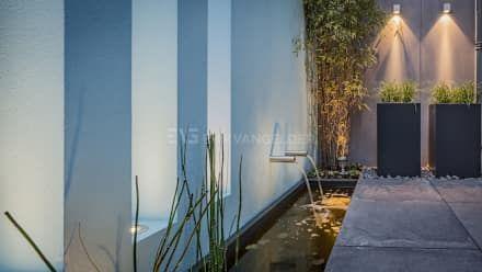 Muur met waterelement en doorkijkvensters: moderne Tuin door ERIK VAN GELDER | Devoted to Garden Design