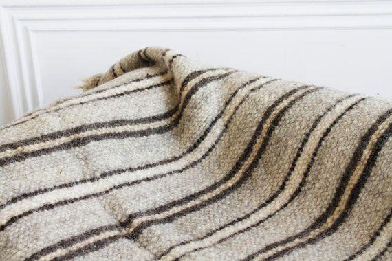Couverture de blanc-gris rayé à la main.  Cette housse de canapé tissé à la main est faite en élément de décor bohème et une grande occasion à Guéter avec toute la famille sur le canapé. Il peut aussi se propager sur le sol et vous pouvez lire un livre pour enfants. Il est tellement chaud, qu'il est adapté même pour un pique-nique dans le début de l'automne, quand la terre a eu le temps de refroidir. Donnez à la main de la chaleur à votre famille et vos amis!  Donnez à la main de la chaleur…