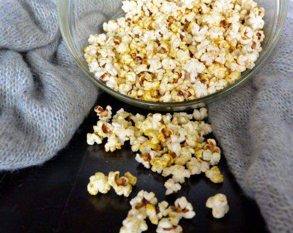 Supermarkten verkopentegenwoordig niet alleen superfoods als kokosolie en gojibessen, maar ook zakken met biologische mais waar je zelf popcorn van kunt maken. Albert Heijn in ieder geval wel. Hoezee! Deze zelf gepopte...