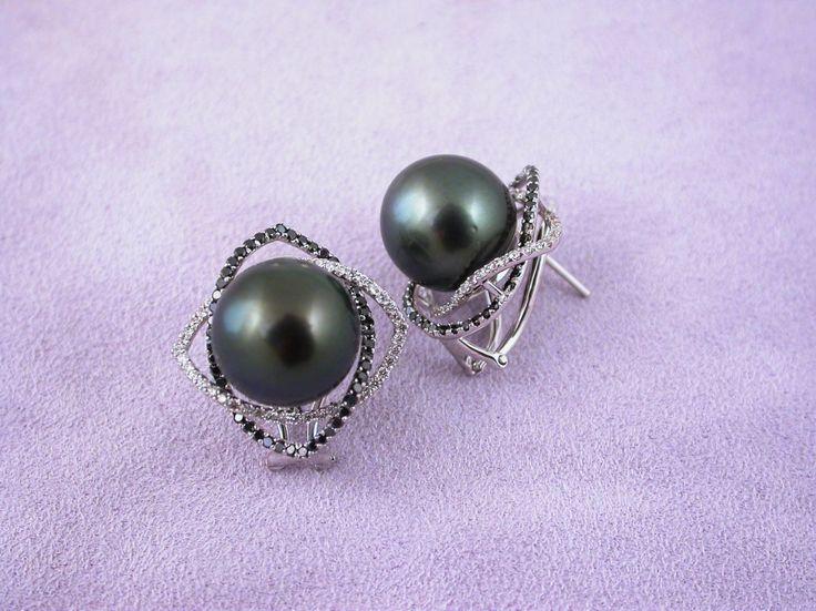 Earrings - Black Perls and Diamonds. 18 carat gold (kt),white gold, 7.20 grams (gr).88 white diamonds, brilliants cut,0.71 carat (ct) (H colour VVs clarity).90 black diamonds, brilliants cut, 0.78 carat (ct).2 tahiti perls, 31.60 carat (ct) (diameter 0,5 inches  13 mm).External measurement:0.9 inches (Usa)   2.20 cm (Italy).Codex:MMOS.