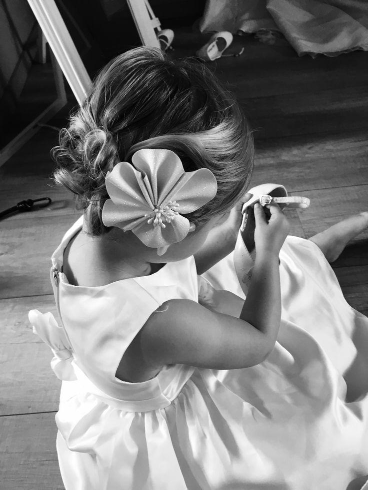 Bruidsmeisje met opgestoken haar met bloem