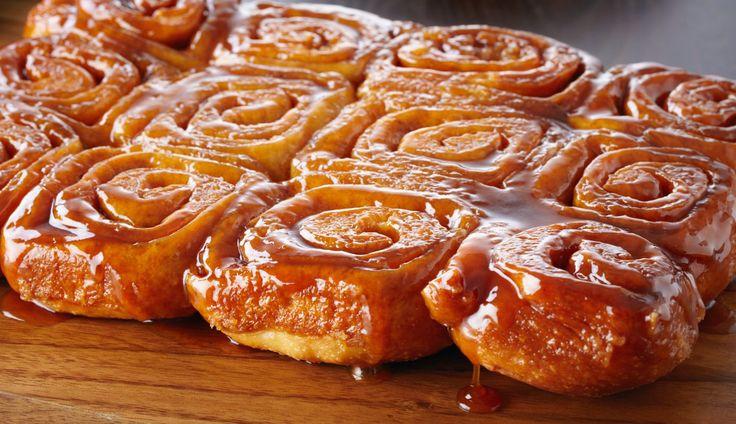 Om je alvast in de stemming te brengen, delen we een lekker bakrecept van Anna: sticky cinnamon buns. Heerlijk in de ochtend!