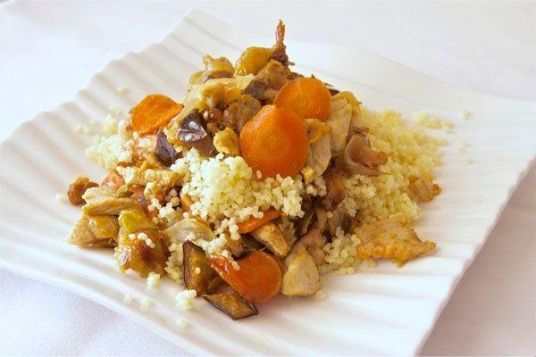 "Cous cous o ""cuscus"" con verduras y pollo. Una receta tradicional árabe con ingredientes muy mediterráneos. Saborea este delicioso cous cous aromatizado con curry, está delicioso!"