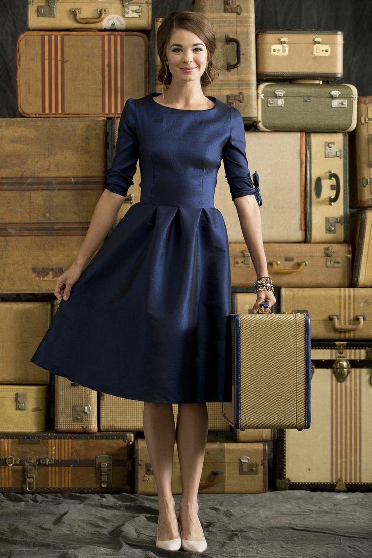темно синее платье с чем носить фото она, естественно