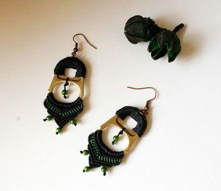 Orecchini neri e verdi a macrame con linguetta