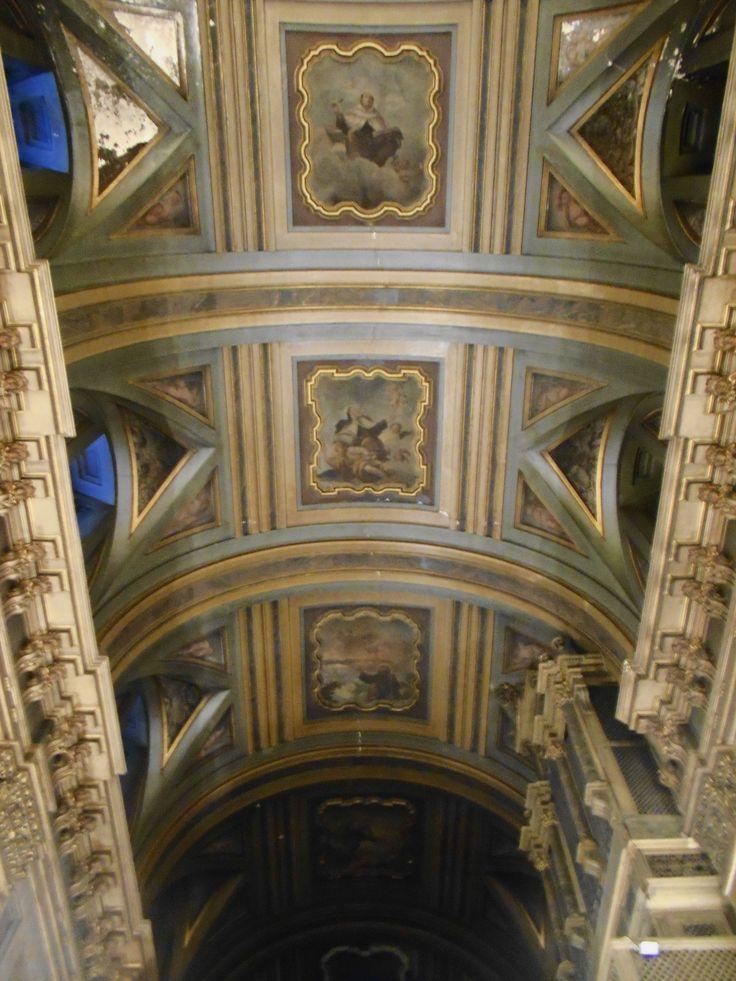 Bóveda de medio cañón de la nave principal. La decoración  barroca denota ya alguna influencia rococó. Las pinturas son de Luis González Velázquez.