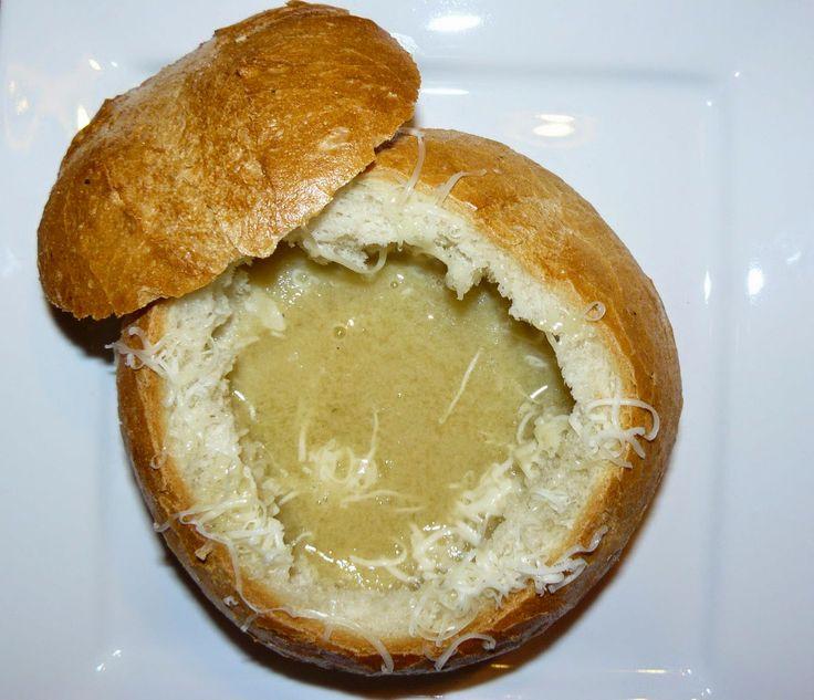 Ezt a levest anyukám készítette el nekünk ebédre, nagyon finom. Ezért is gondoltam, hogy megosztom veletek!:)   Hozzávalók:   3 l hús...