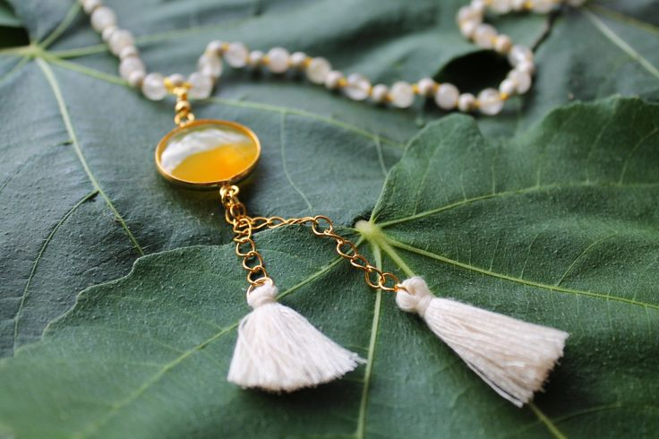 Handmade Younique rosary with agates and chaoliti in yellow colors and beige tufts. Length 47cm.