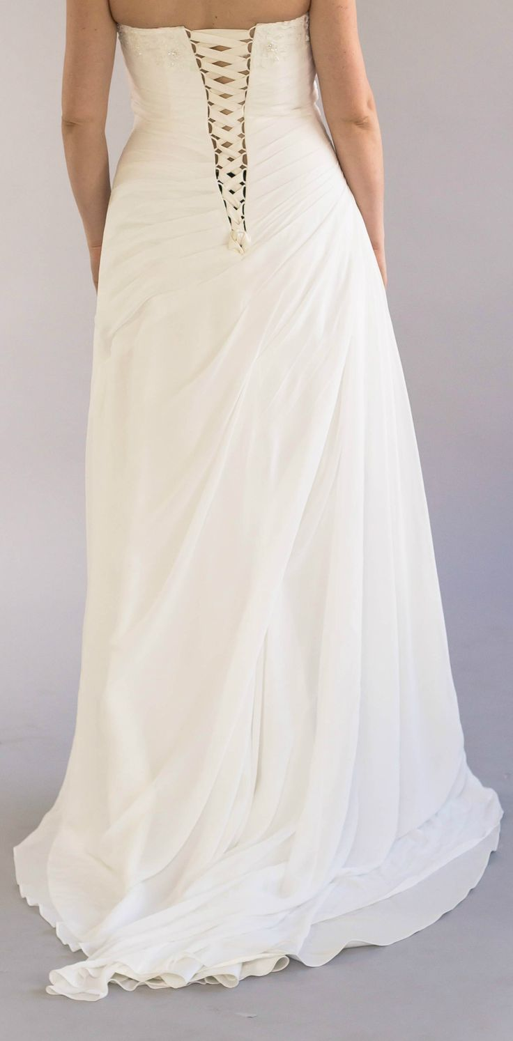 Classic Cream Wedding Dress by Pronuptia (French Design). ⚜️ Selling price: £205.00. ⚜️ Worldwide Shipping  #weddingfashion #weddingdress #bridaldress #bridalgown #weddingdresssale #ivoryweddingdress #classicweddingdress