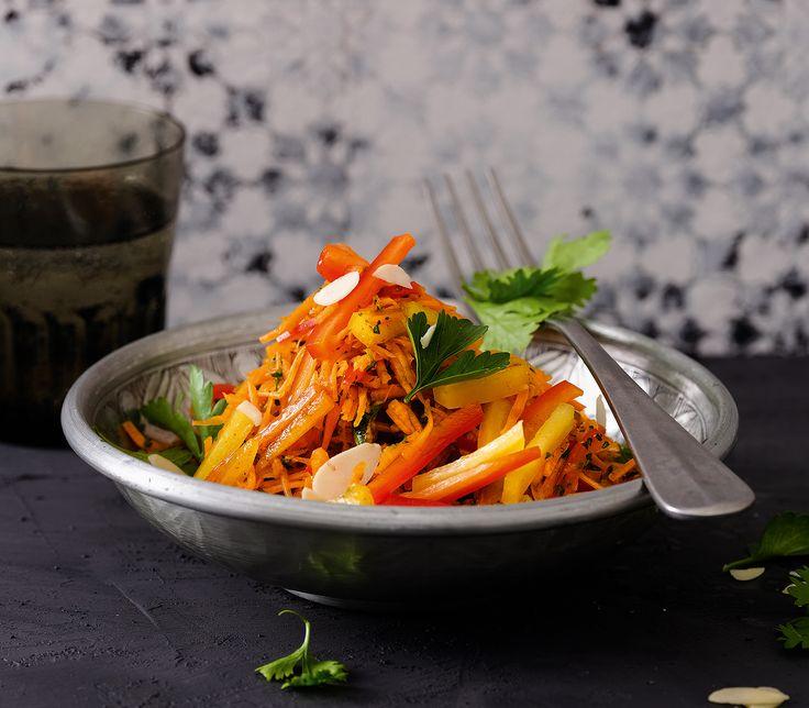 Koriander, Granatapfelsirup und Zimt geben dieser rohen Gemüsemischung mit Mandeln eine orientalische Note.