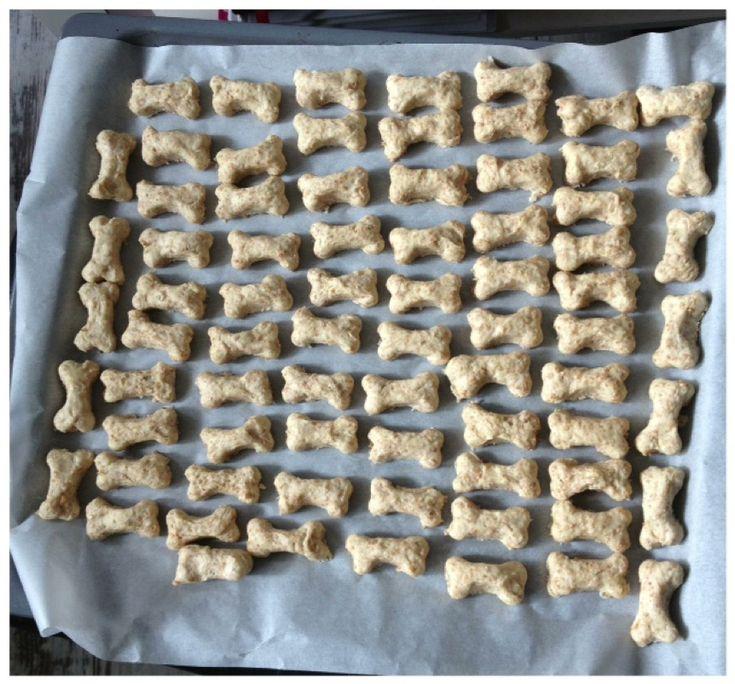 Hondenkoekjes met rundergehakt 200 gr rundergehakt (bio) 50 g havervlokken 100 g paneermeel 1 eierdooier 1 tl olijfolie Alles kneden tot een brij en maak er balletjes of vormpjes van. Bak deze 20 minuten op 175 *C. zet de oven uit en laat de koekjes verder drogen in de oven. Met dank aan Stichting Viervoeters