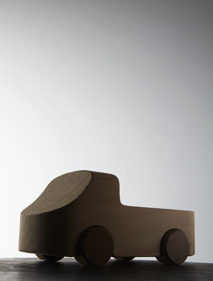 Il Pick-up Designer: Odoardo Fioravanti Producer: TobeUs Dimension: 16 x 7,5 cm – h 6,6 cm  Pickup è una macchinina giocattolo che riproduce in scala il concetto di pianale di carico tipico dei pickup fuoristrada. Questa tipologia si trasforma così in un piccolo giocattolo di design che consente ai bambini di caricare piccoli oggetti [...]