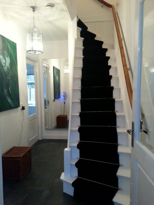 Stair ...wit geschilderde trap met zwarte loper en Chrome roedes