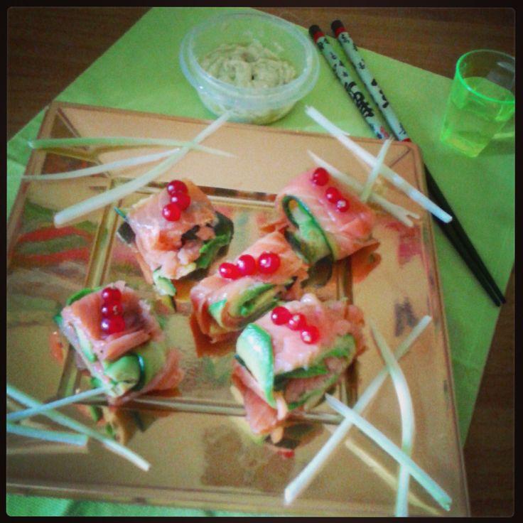 Sushi vegetariano (salmone, zucchine e avocado arrotolati e guarniti con ribes)