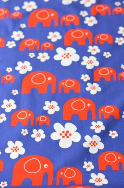 Røde elefanter kom masjerende, bortover en vakker blomstereng