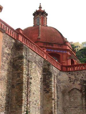 Massive walls surround Templo San Diego, Guanajuato