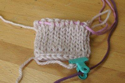 1段を編んで針を抜いたところからです。(一本針の作り目参照) ※輪編みにするには、最初の鎖を3目程度多めに作っ…