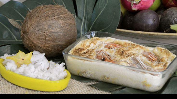 Lo primero que hacemos es sofreír la cebolla en una olla. Añadimos el arroz, la leche de coco y sal. Llevamos al fuego y cocemos (agregamos agua hervida...