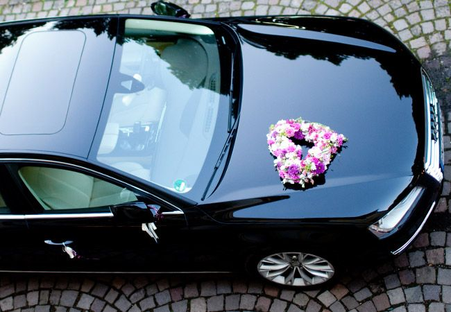 Immer wieder #schön das #offene #Blütenherz als #Autoschmuck für die #Hochzeit - hier in #weiß #lila #pink und #apfelgrün - #weddingdecoration #car #bouquet #weddingidea #weddinginspiration