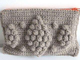 Cartucheras a Crochet gris  http://www.kangutingo.com/2016/07/cartucheras-crochet.html